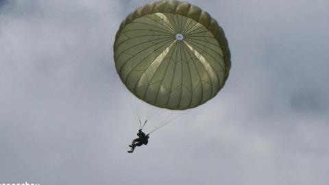 Fallschirmspringer über dem Edersee.