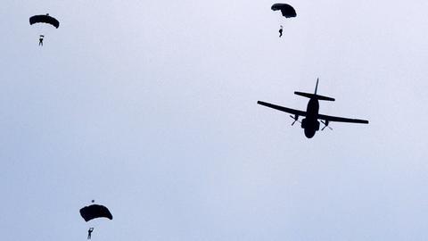Fallschirmjäger der Bundeswehr mit einer Transall-Maschine