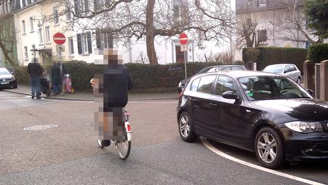 Vier Falschparker an einer Kreuzung (zwei in der Kreuzung, zwei auf dem Gehweg)