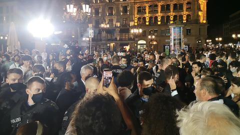 Oberbürgermeister Peter Feldmann umringt von Demonstierenden auf dem Opernplatz