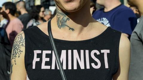 """""""Feministin"""" auf dem T-Shirt einer Frau"""