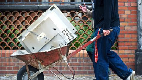 Ein alter Fernseher kommt auf den Müll