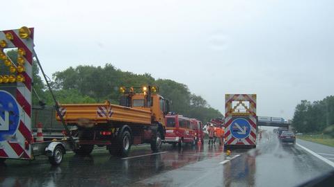 Absicherung der Feuerwehr bei einem Unfall auf der Autobahn