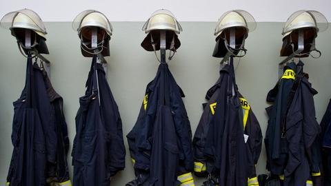 Feuerwehr Uniformen am Haken