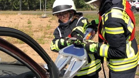 Schüler der Feuerwehr AG mit einem Spreizgerät