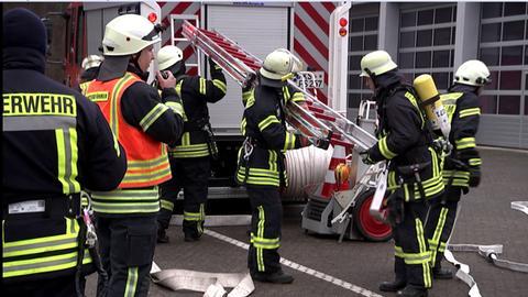 Feuerwehrleute bei einer Übung an der Landesfeuerwehrschule in Kassel.