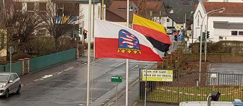 Kopfüber gehisste Hessen- und Deutschlandflagge vor der Polizeistation in Schlüchtern