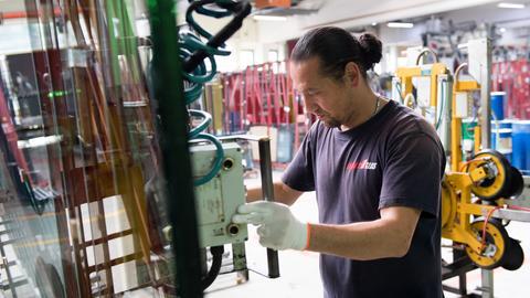 Auszubildender aus Afghanistan in der Produktion der Firma Energy Glas in Wolfhagen