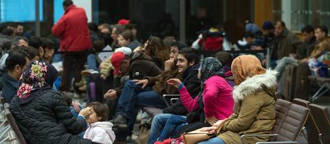 Flüchtlinge in einem Wartesaal einer Ausländerbehörde