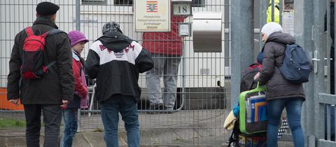 Flüchtlinge vor der Aufnahmeeinrichtung in Wetzlar
