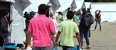 Flüchtlinge auf dem Weg in ein Notzelt