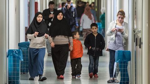Frauen und Kinder in einer früheren Sammelunterkunft für Flüchtlinge in Frankfurt
