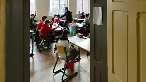 Blick in ein Klassenzimmer vom Flur durch die Tür