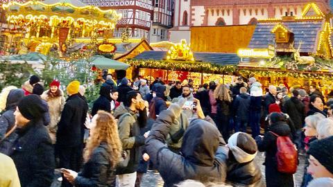 Menschenmasse beim Frankfurter Weihnachtsmarkt auf dem Römer 2019