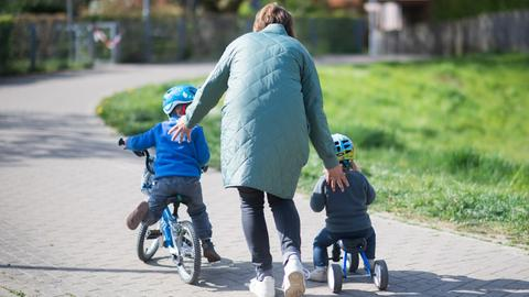 Eine Frau mit zwei Kleinkindern