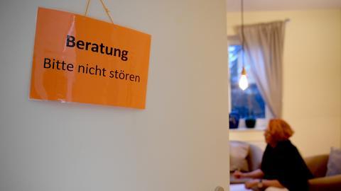 Tür zu einem Beratungsraum in einem Frauenhaus in Berlin