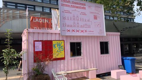 Ein rosa bemalter Container steht auf der Unteren Königsstraße in Kassel.
