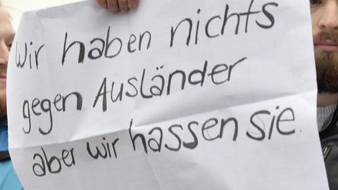 Demonstrant auf Protestdemo gegen Merkels Flüchtlingspolitik