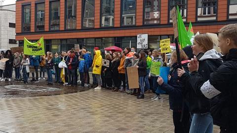 Im Regen für das Klima: Demonstranten in Limburg
