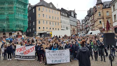Schüler demonstrieren auf dem Marktplatz in Marburg.