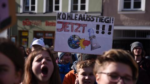 """Ein Plakat mit der Aufschrift """"Kohleausstieg jetzt"""""""