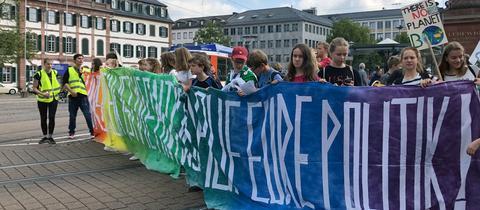 Fridays-for-future-Demonstranten am Freitag auf dem Luisenplatz in Darmstadt.