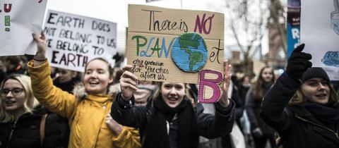 Schüler demonstrieren in Wiesbaden für Klimaschutz und halten Plakate hoch