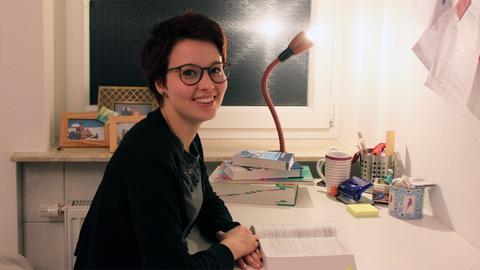 Stipendiatin Hannah Nowack am Schreibtisch