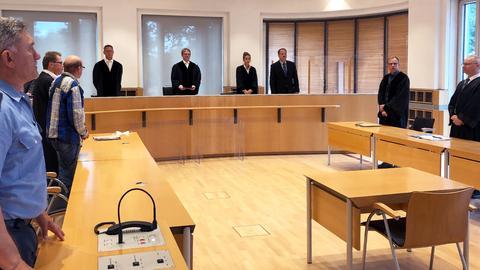 Ein Foto des Gerichtssaals mit allen Prozessbeteiligten.