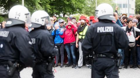 Polizisten und Gipfel-Gegner stehen sich in Hamburg gegenüber.