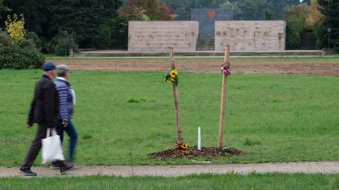 Passanten gehen im Schwanenteichpark an einem Gedenkort für Enver Simsek, dem ersten NSU-Mordopfer, vorbei. Nach Angaben der Stadt Zwickau ist die deutsche Eiche abgesägt worden.