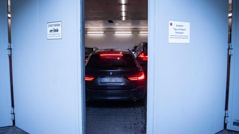 Eine Schleuse am Oberlandesgericht schließt sich hinter den Zivilfahrzeugen, in denen die Angeklagten sitzen.