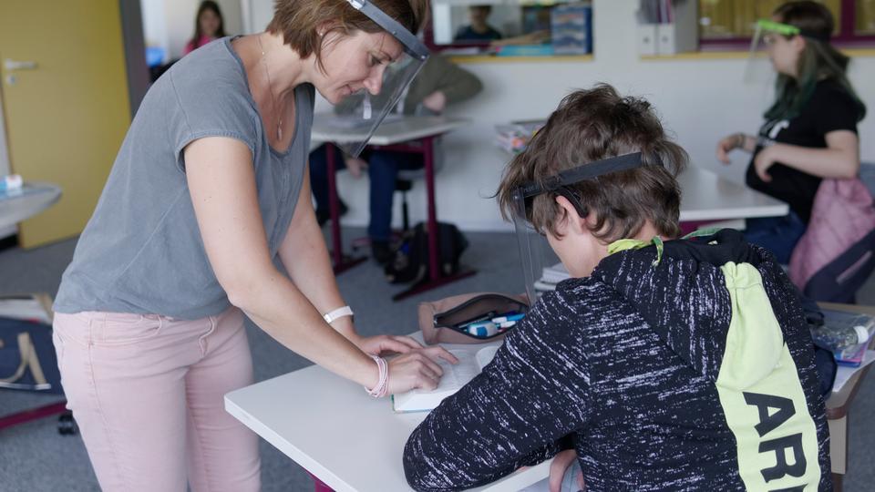 Christine Careddu, Englischlehrerin an der Johannes-Vatter-Schule in Friedberg, und ein Schüler der zehnten Realschulklasse mit Gesichtsvisier.
