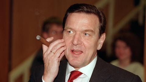 Ex-Kanzler Gerhard Schröder im Anzug mit Zigarre (1998)