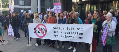 Protestaktion gegen den Paragrafen 219a vor dem Kasseler Amtsgericht