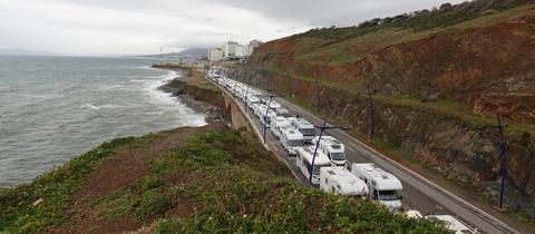 Eine kilometerlange Schlange von ausreisewilligen Wohnmobil-Urlaubern vor der spanischen Exklave Ceuta im März