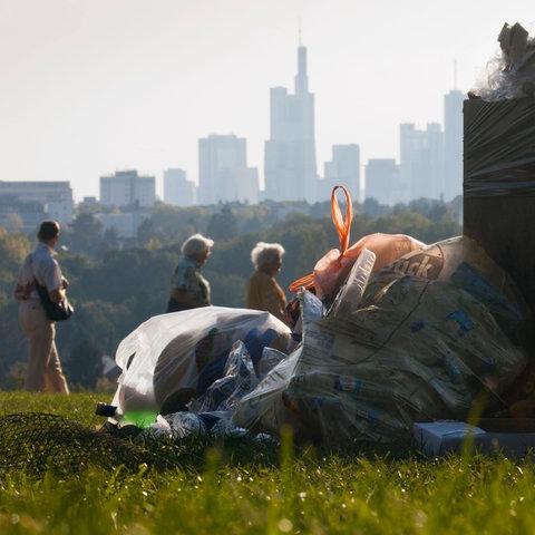 Abfälle nach Grillen im Park