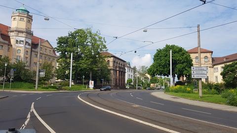 Der Grimm Platz in Kassel mit dem Hessischen Landesmuseum und der Torwache.