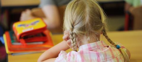 Mädchen auf der Schulbank