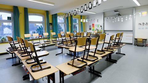 Leeres Klassenzimmer in der Grundschule - Stühle sind hochgestellt