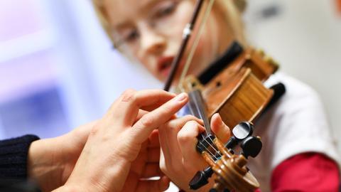 Schülerin übt Geige