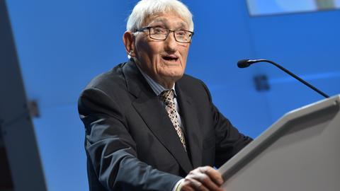 Jürgen Habermas steht bei einem Vortrag am Rednerpult