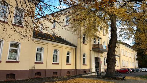 Ein mehrstöckiges historisches Gebäude von außen