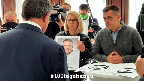 Angehörige der Opfer, hier die Eltern des ermordeten Hamza Kurtović, haben noch zahlreiche offene Fragen.