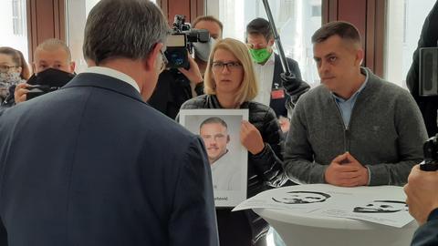 Landtagspräsident Boris Rhein begrüßt die Angehörigen der Opfer im Landtag