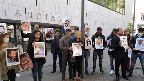 Angehörige der Anschlagsopfer von Hanau vor dem Landtag