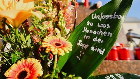 Trauergebinde nach dem Anschlag in Hanau
