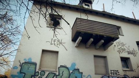 Verfallene Häuser in einer Siedlung am Hanauer Hauptbahnhof