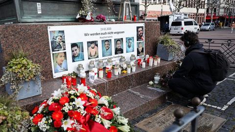 Menschen legen Kränze zum Gedenken an die Opfer des Anschlags in Hanau nieder.