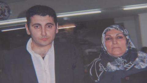 Gökhan Gültekin, Anschlagsopfer von Hanau, mit seiner Mutter